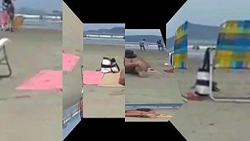 loira e morena safada bra-less na praia fazendo.