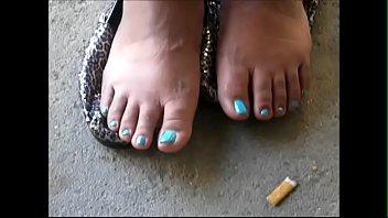 alexis crawford blue toenails