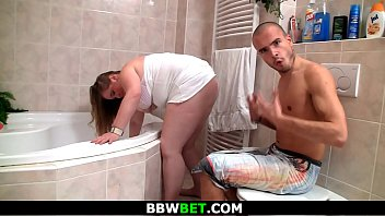 ample female gets boinked by thin dude in shower
