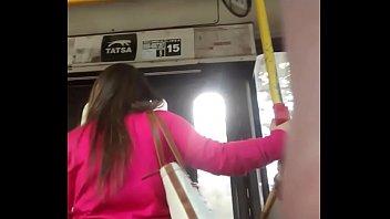 cola linda petiza en el bus.