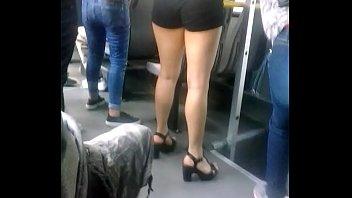 muslos sexys de una chica en el transporte.