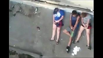 flagra - amigos batendo punheta na sacada do preacute_dio